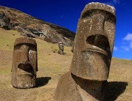 Moai na Wyspie Wielkanocnej (fot. TravelingOtter, lic. CCA 2.0 G)