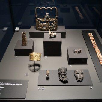 Obiekty znalezione przez archeologów w Hasanlu na wystawie w Niemczech (fot. NearEMPTiness, lic. CCA SA 4.0 I)