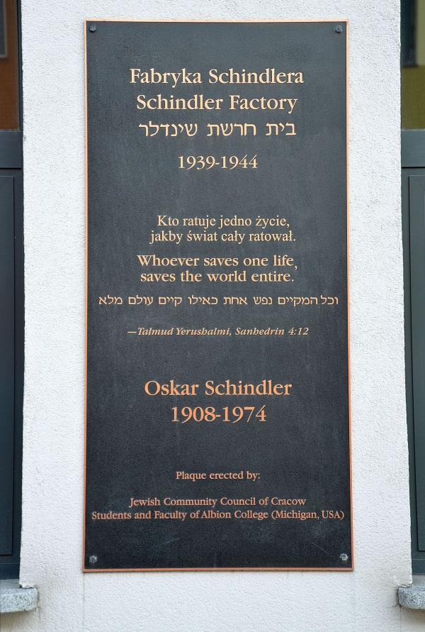 Pamiątkowa tablica na fabryce Schindlera (fot. Adrian Grycuk, lic. CC BY-SA 3.0 pl)