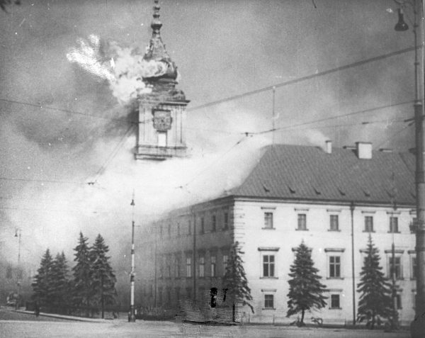 Płonący Zamek Królewski w Warszawie po bombardowaniu z 17 września 1939 roku.