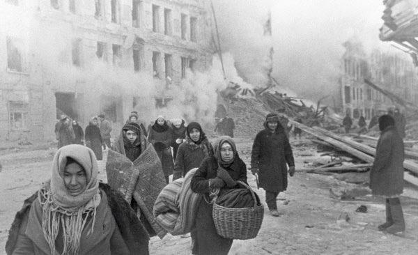 W wyniku niemieckich bombardowań wielu mieszkańców straciło dach nad głową.
