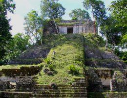 Ruiny w Nakum (fot. Jorge Antonio Leoni de León, lic. CC BY-SA 4.0)