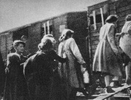 Kobiety wsiadające do wagonu na warszawskim Umschlagplatzu, sierpień 1942 roku.