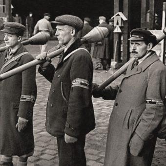 Bez mundurów, wyposażenia, z jednym panzerfaustem na głowę - tak do walki szli członkowie Volkssturmu.