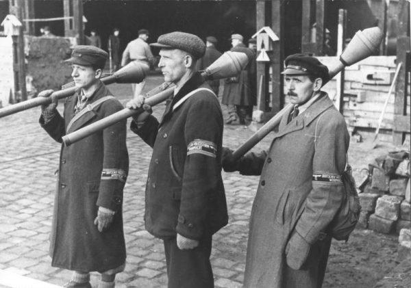 Członkowie berlińskiego Volkssturmu na zdjęciu z marca 1945 roku.