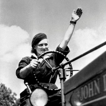 W pierwszych dekadach PRL kobiety masowo ruszyły, by zdobywać rynek pracy.