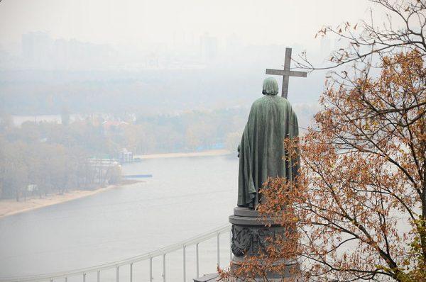 W Kijowie pomnik Włodzimierza stoi nad Dnieprem.