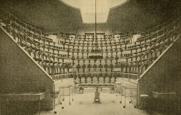 Amfiteatr kliniczny ze stołem operacyjnym na środku (fot. domena publiczna)