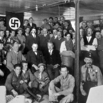 Hitler z członkami NSDAP. Wbrew temu, co twierdzą niektórzy przedstawiciele prawicy, nazistowska partia nie była lewicowa.