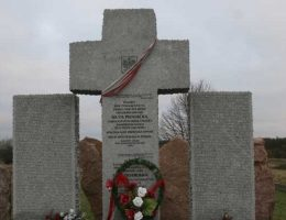 Pomnik pomordowanych przez SS-Galizien w Hucie Pieniackiej (fot. Stanisław i Andrzej Tomczakowie, lic. GNU FDL)