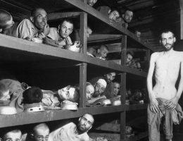 Przymusowi robotnicy w obozie Buchenwald (fot. Private H. Miller., lic. domena publiczna)