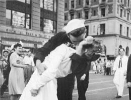 Słynna scena pocałunku na Times Square w Nowym Jorku.