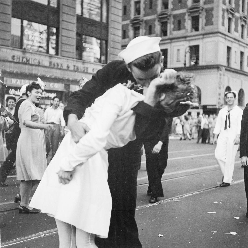 Słynna scena pocałunku na Times Square w Nowym Jorku (fot. Lt. Victor Jorgensen - US archives,lic. domena publiczna)