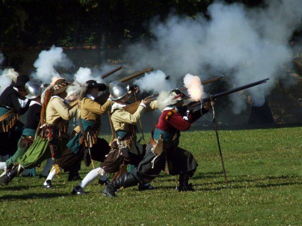 Początkowo głównym celem broni palnej było zastraszenie przeciwnika.