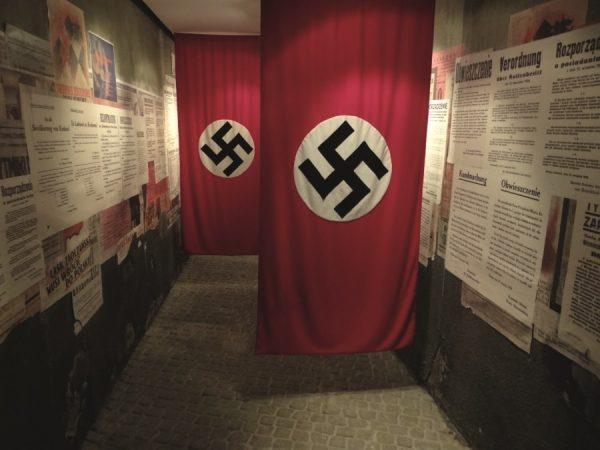 Nazistowskie flagi ze swastyką w muzeum w Fabryce Emalia Oskara Schindlera – oddziale Muzeum Historycznego Miasta Krakowa.
