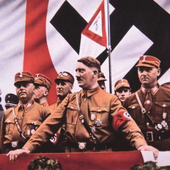 Hitler obserwuje przemarsz SA przez centrum Norymbergi w trakcie zjazdu w 1935 roku.