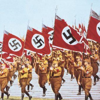 Brunatne koszule z SA defilują w czasie zjazdu NSDAP w Norymberdze we wrześniu 1939 roku.