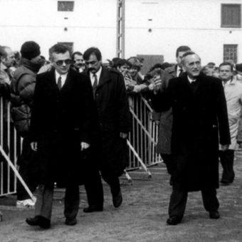 Tadeusz Mazowiecki w Krzyżowej w 1989 roku (fot. Artur Klose, lic. CCA SA 2.0 G)