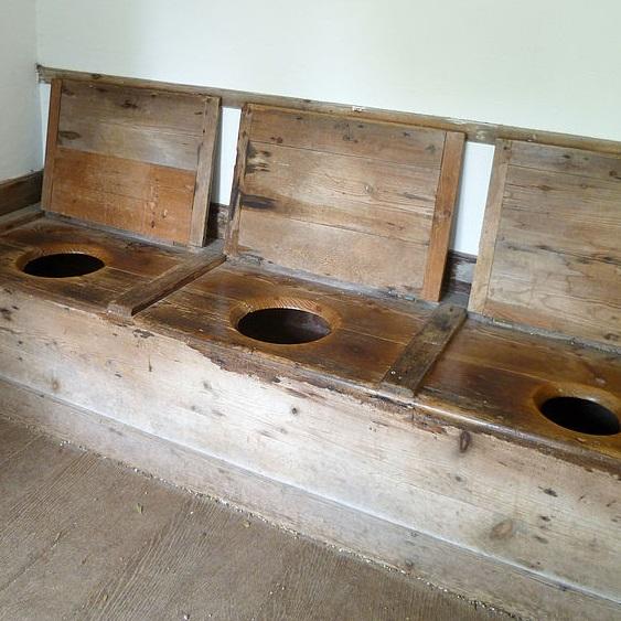 Trzyosobowa toaleta nie była wyłącznie fanaberią średniowiecznych ludzi. Brytyjczycy grupowo wypróżniali się jeszcze w XVIII wieku (pochodząca z tamtego okresu toaleta na zdjęciu).