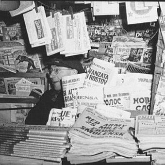 Informacje o przewrocie majowym znalazły się w Ameryce na pierwszych stronach gazet. Zdjęcie poglądowe.