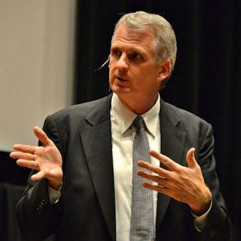 Timothy Snyder w czasie wykładu w Toronto.