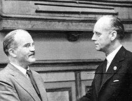 Mołotow i Ribbentrop po podpisaniu sowiecko-niemieckiego traktatu o przyjaźni i granicy między ZSRR a Niemcami.