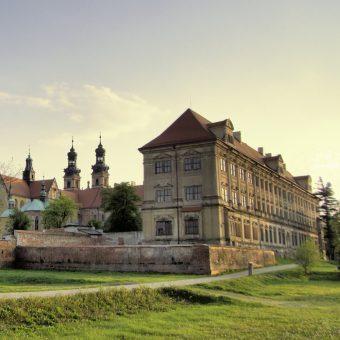 Władysław został pochowany w klasztorze w Lubiążu.
