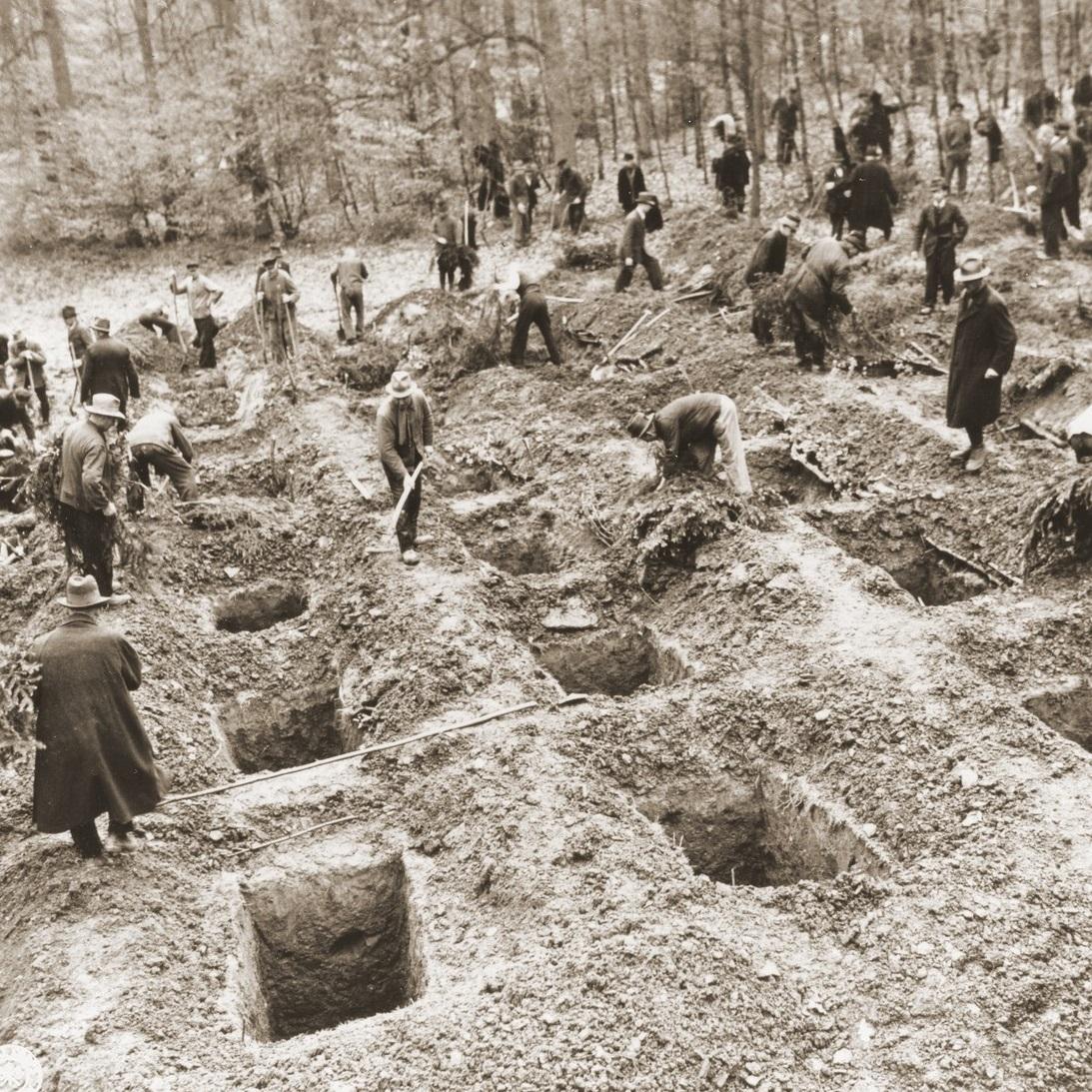Pod nadzorem amerykańskich żołnierzy niemieccy cywile z Suttrop wykopują groby dla ofiar marcowej masakry.