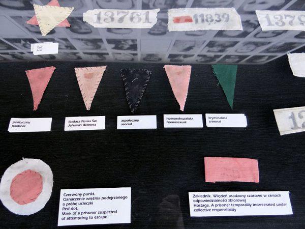 Oznaczenia więźniów na wystawie w Muzeum KL Majdanek.