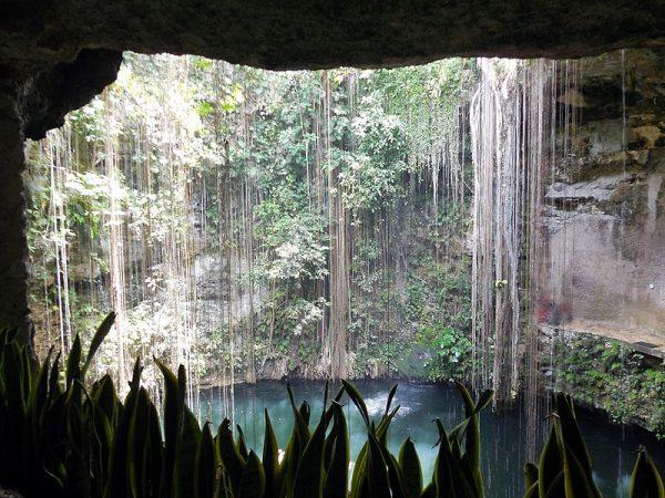 Jaskinie i cenoty stanowiły ważny element w kulturze Majów (na zdj. cenote Ik-Kil w Chichén Itzá).