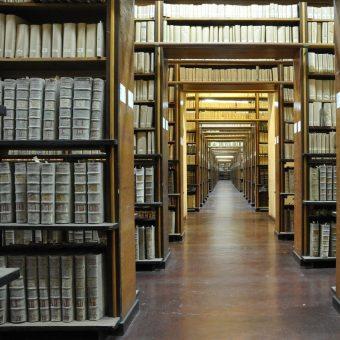 Biblioteka uniwersytecka (fot. j_cadmus, lic. CCA 2.0)
