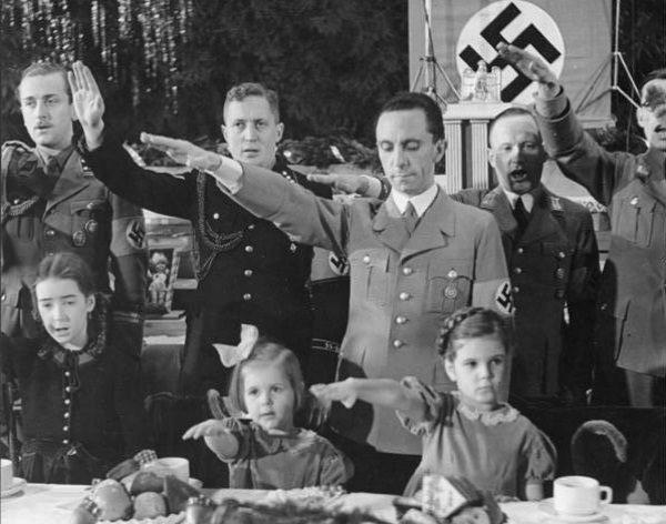 Goebbels z dziećmi podczas Wigilii.