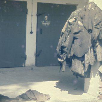 """Przed wejściem do komory gazowej więźniom kazano się rozbierać. Ubrania mieli odebrać po """"prysznicu""""."""