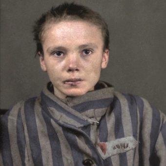 Więźniarka Auschwitz Czesława Kwoka w pasiaku, z widocznym czerwonym trójkątem i numerem obozowym.