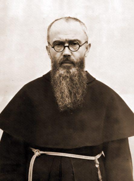Jednym z polskich bohaterów opisywanych w broszurze jest ojciec Maksymilian Maria Kolbe.