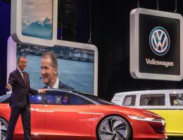 Herbert Diess na prezentacji modeli Volkswagena (fot. Matti Blume, lic. CC BY-SA 4.0)