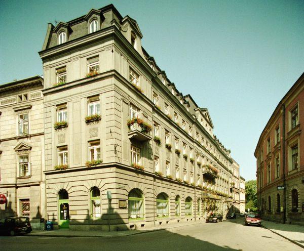 Według krążących wśród peerelowskich oficjeli plotek, prawdziwy Bierut zginął w zamachu przeprowadzonym w 1945 roku w krakowskim Hotelu Francuskim.
