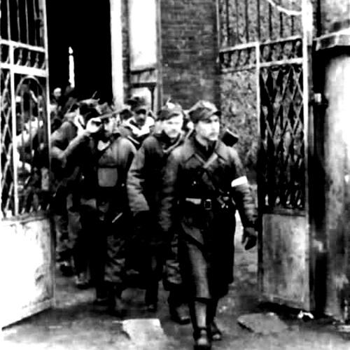 Kompania Szturmowa 3 Brygady Wileńskiej AK wychodzi z kościoła w Turgielach, na czele Romuald Rajs (fot. domena publiczna)