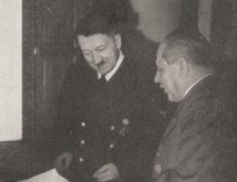 Hitler i Hoffmann wspólnie oceniają jedno ze zdjęć.