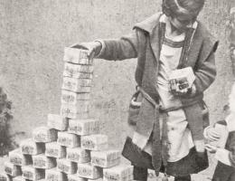 Dzieci bawiące się banknotami w okresie hiperinflacji.