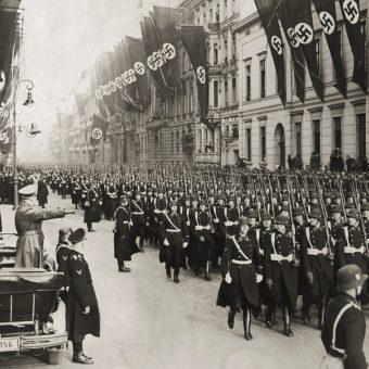 Leibstandarte SS defiluje przed Hitlerem w styczniu 1937 roku.