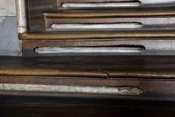 Schody przez niemal 300 lat były pokryte drewnem.