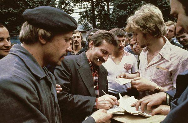 """Miodowicz był pewien, że przerobi popularnego przywódcę """"Solidarności""""... na marmoladę. Zdjęcie z 1980 roku."""