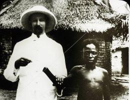 Biały misjonarz pozuje z Afrykaninem z Kongo, któremu odcięto rękę (fot. domena publiczna)