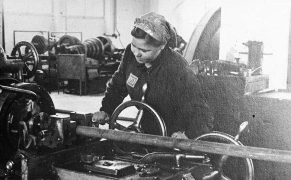 Pracownica przymusowa w fabryce koło Auschwitz.