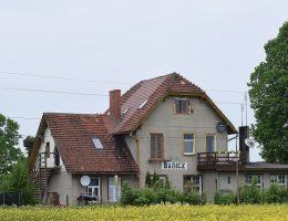 Dawna stacja kolejowa Bagicz (fot. Dreizung, lic. CC BY-SA 4.0)