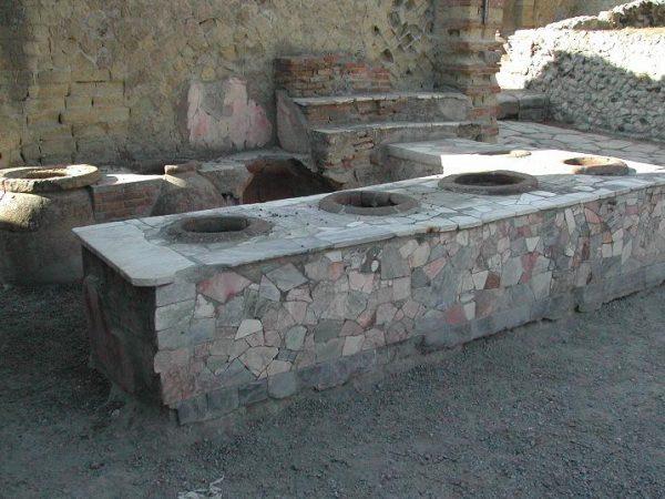 Pompejskie thermopolium wyglądało zapewne podobnie do tego na zdj., znalezionego w pobliskim Herkulanum.