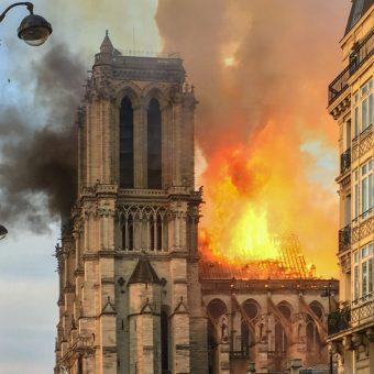 Katedra Notre Dame w płomieniach (fot. LeLaisserPasserA38, lic. CC BY-SA 4.0)