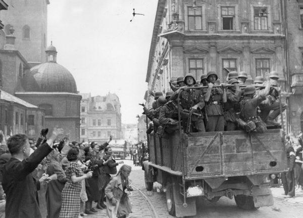 Ukraińcy z radością witali wkraczających Niemców. Myśleli, że przywódcy III Rzeszy zezwolą na utworzenie niepodległej Ukrainy.