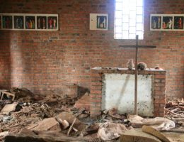 Ołtarz kościoła Ntrama w Rwandzie. Na podłodze leżą szczątki ofiar ludobójstwa (fot. Scott Chacon, lic. CC BY 2.0)